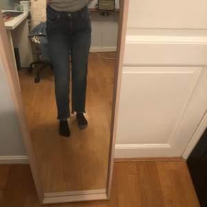 Snygga mid-waist jeans från never denim. Storlek xs men stora i storleken så skulle snarare säga att det passar s/m. Köpta för 500 kr