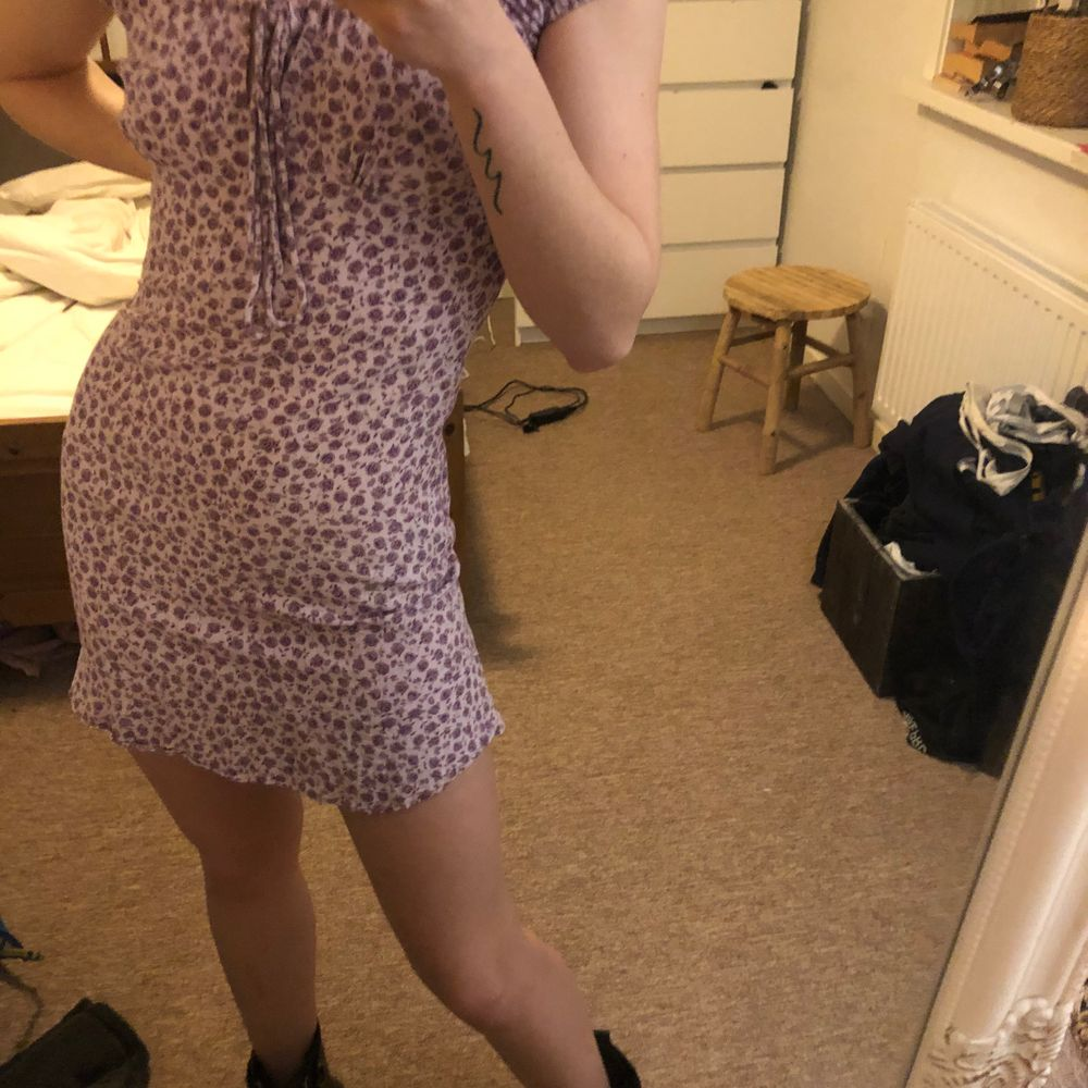 Motel rocks klänning i strl 34. Insydd något i sidorna då den var väldigt bred så uppskattas mer som en 32. E fast använd en gång 🥰. Klänningar.