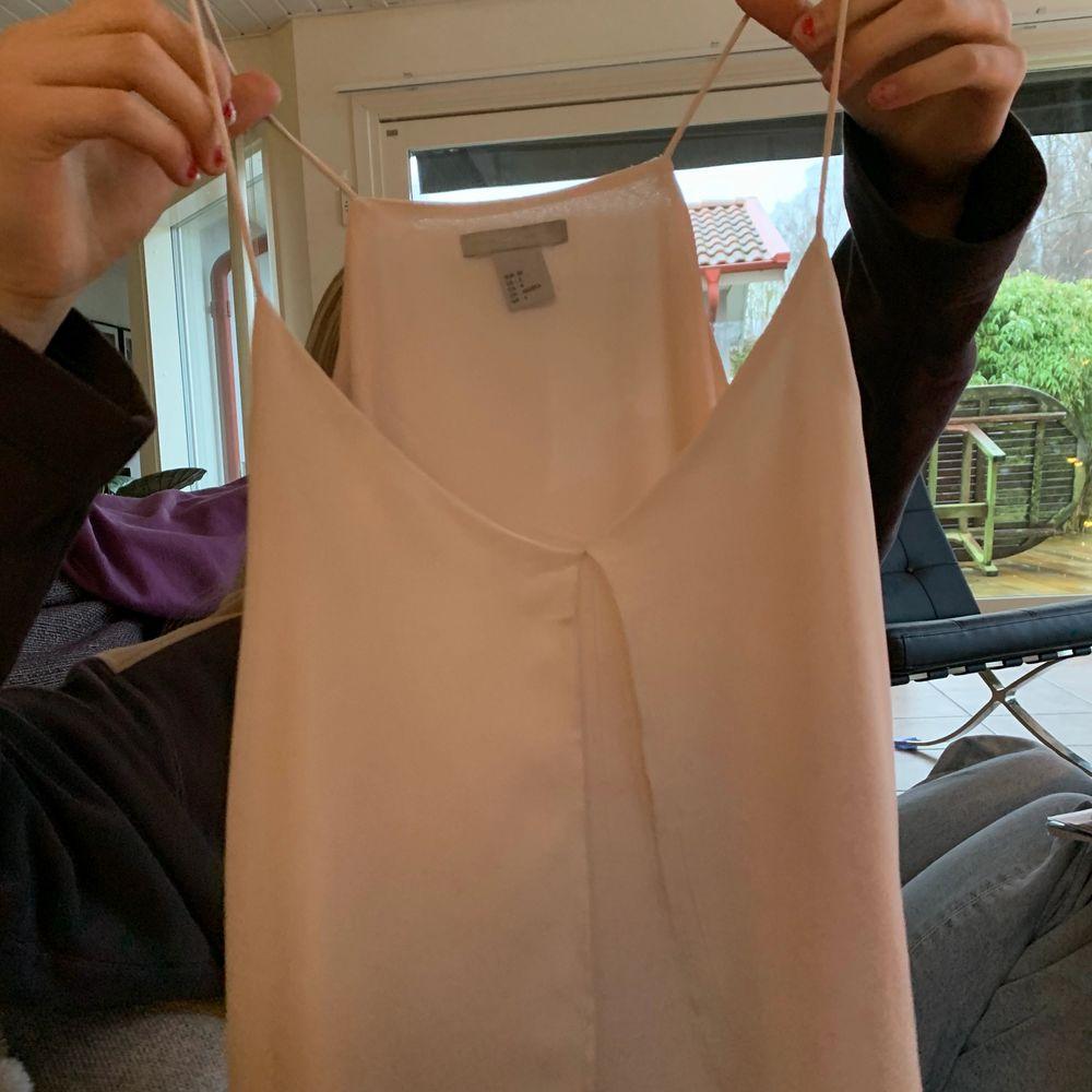 Ljusrosa linne med någon typ av volang fram till se på bild tre. Hör av dig för fler bilder eller frågor💕. Toppar.