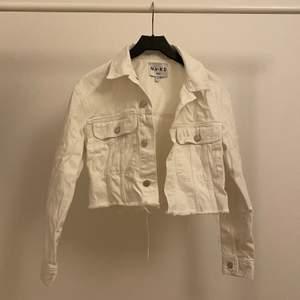 Vit jeans jacka som jag köpte från na-kd för 500kr och säljer för 150kr. använt den 3-4 ggr men den är nu tyvärr för liten för mig. Jacka är i bra skick. Köparen står för frakt!💗