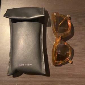 Balla solglasögon från Acne Studios! köpet inkluderar ett läderfodral 🍸 pris + frakt 🧚🏼 BUDA I KOMMENTARERNA!