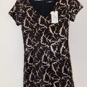 Säljer denna helt nya paljettklänning från Bik Bok som jag endast testat. Prislappen är kvar, köptes för 599 kr men säljer den för 250 kr❣️