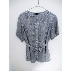 Jättefin blus med paljetter och broderier, köpt på beyond retro för 300kr, väldigt fint skick. Märket är