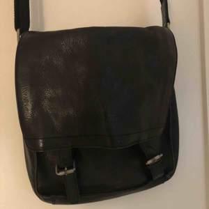 Super fin väska från Tiger of Sweden.  Svart skinn. Köparen står för frakten