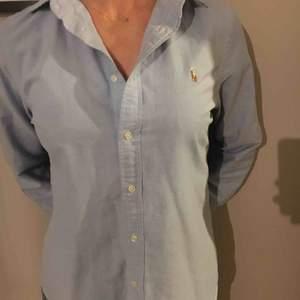 Snygg klassisk Ljusblå Oxfordskjorta från Ralph Lauren. Nypris 999:-