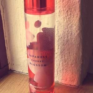 Japenese cherry blossom halv full body mist/parfym från bath and body  works 25kr + frakt