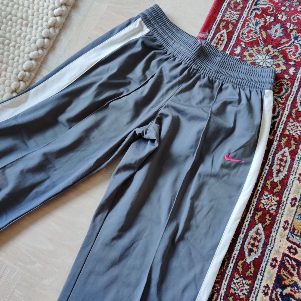 Tracksuit byxor från nike, står XL på lappen men skulle säga att de är storlek S. Jeans & Byxor.