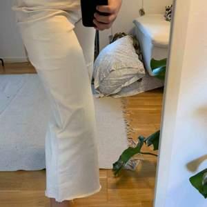 Superfina jeans från HM i en krämvit färg lite smutsiga på ena bakfickan därav priset! 🥰 priset går även att diskutera