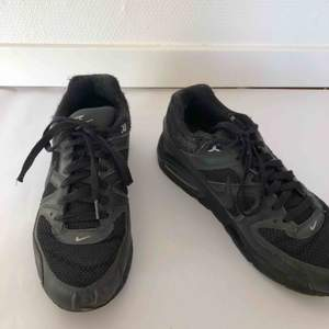 Svarta Nike Air Max skor! Har vanligtvist storlek 39 men dessa passar bäst i en storlek större. Lite använda, därför är priset mycket lågt men de är fortfarande lika bekväma och snygga! Köpare står för frakt💞