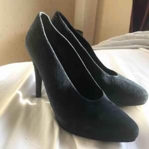 Ett par äkta Rodebjer klackskor i mörkblå mocka. Nyskick, använt 1 gång. Mycket snygga och lyxiga skor.