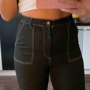 Svarta, ankellånga jeans med vita sömmar från Bershka. Frakt ingår 🥰