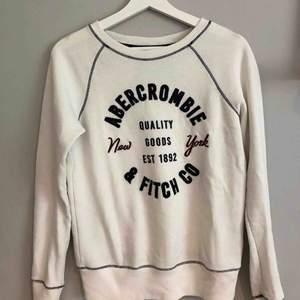Väldigt skön och fin tröja, sparsamt använd!