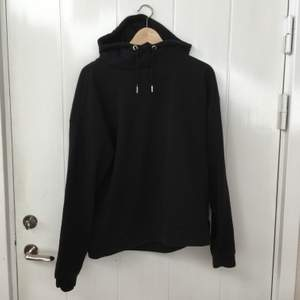Svart superskön hoodie med luva och lite högre krage, finns även i vit & navy🖤🤍💙