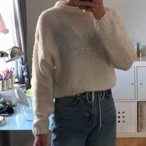Jättefin glesstickad tröja från hm. Använd väldigt lite och så himla varm och mysig. Passar till nästan allt. Kommer knte till användning tyvärr💜✨