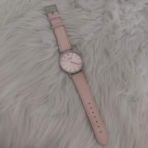 Klocka med rosa fakeläder-band och rosa urtavla med silvriga detaljer. Köpare står för frakt. ✨