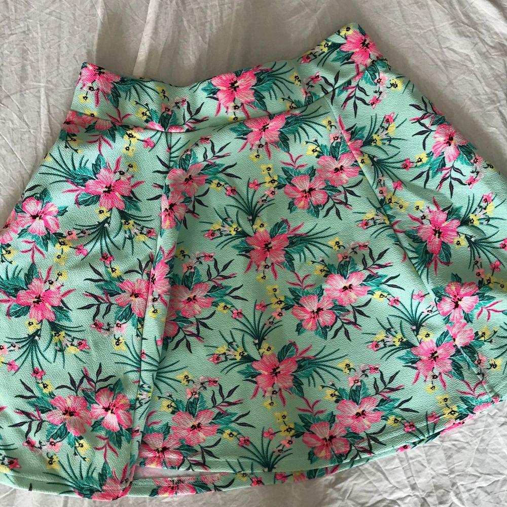 Somrig blommig kjol med dragkedja där bak!. Kjolar.