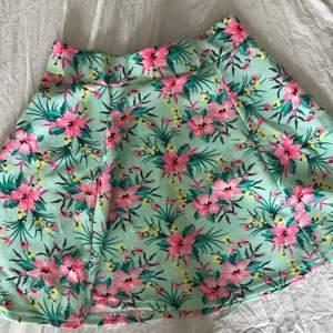 Somrig blommig kjol med dragkedja där bak!