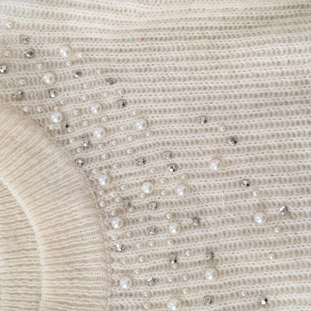 En stickad tröja med pärldetaljer som är knappt använd. Frakten ingår i priset. Stickat.