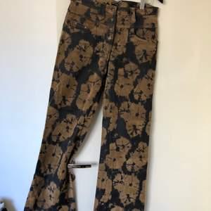 Snygga svarta byxor med batikmönster. På ljusa fläckarna är materialet lite luddigt. Skitsnygga och bra skick