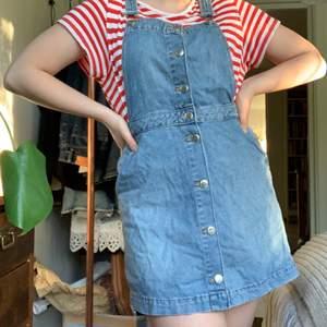 Så fin jenasklänning från HM!! Storlek 40. Har fickor och justerbara hängslen. Väldigt bra skick. Funkar med vilken tröja som helst under, men också perfekt att bara slänga över en bikini i sommar!! Tveka inte att höra av dig om du är intresserad<33
