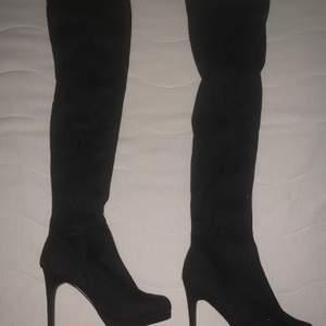Säljer ett par inprinsip oanvända over knee stövlar med klack, skorna är från Nelly i storlek 39. Nypris: 699.