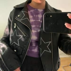 skinnjacka med målade stjärnor på, köpte från byemilias på Instagram så har ej ritat själv, frakt tillkommer💞