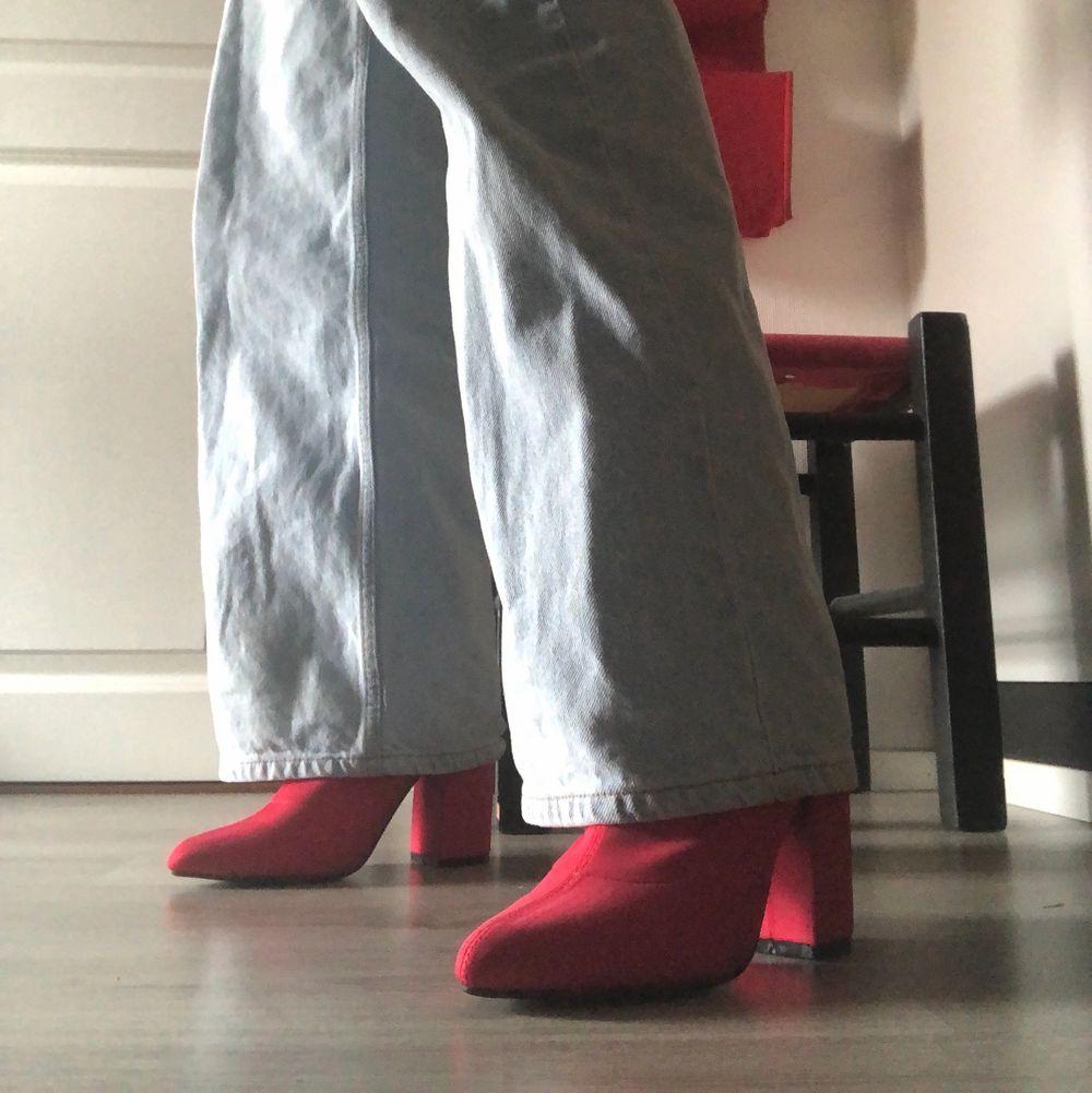 Röda klackar ifrån Boohoo i storlek 38, supersköna att gå i men säljer pga för stora. Köpta här på plick!. Skor.