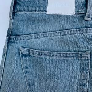 Supersnygga Mom-jeans från Weekday, säljer pga att de blivit försmå för mig! Jag är 1.71 och de är i bla längd för mig☺️ frakt tillkommer på 42kr. Skriv om du är intresserad!