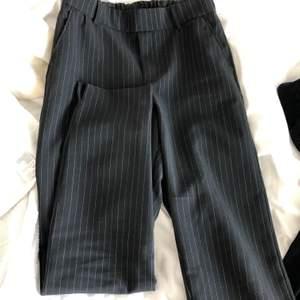 Svarta kostymbyxor med vita små tänder i storlek S men är stretschiga så passar även mindre o större storlekar beroende på hur man vill att de ska sitta! I priset ingår frakten!