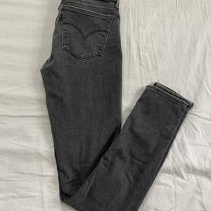 Säljer mina grå Levi's jeans som är modellen 711 super skinny. Storleken är 26 i midjan och 30 i längden