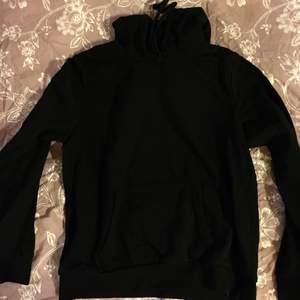 Mysig och mjuk hoodie i svart från H&M. Märkt strl L men den är lätt en M. Till och med kanske S beror hur man vill att den ska sitta. 50 kr + frakt/porto