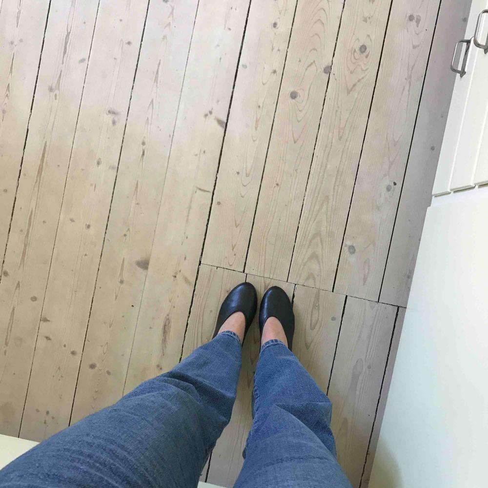 Superfina klackar i läder från COS. Säljer pga för stora för mig😣😣😣. Skor.