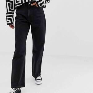 säjer dessa trendiga weekday jeans som är i modellen row 🤩används ett par gånger men är i väldigt bra skick! 👌🏼 frakt är inte inkluderat i priset
