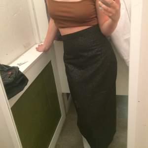 kollar intresse på denna coola vintage-kjol! slits där bak! tunt tyg, svart med blommönster