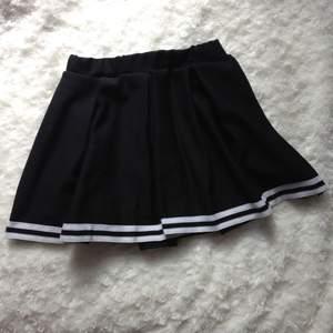 Säljer en superfin cheerleader/tenniskjol i stl S. Köpt i London. Knappt använd och i fint skick.