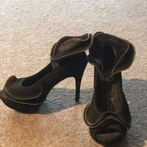 Unika skor till galamiddagen eller till vardags.  Gjorda i mocca med blixtlåsvolanger på.