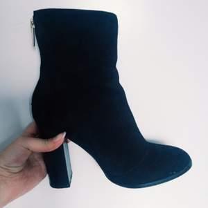 River Island skor köpta i vintras. Använd 2 gånger på en utekväll. Lite sliten under sulan pga stenar(se 3dje bilden). Nypris: 1450!