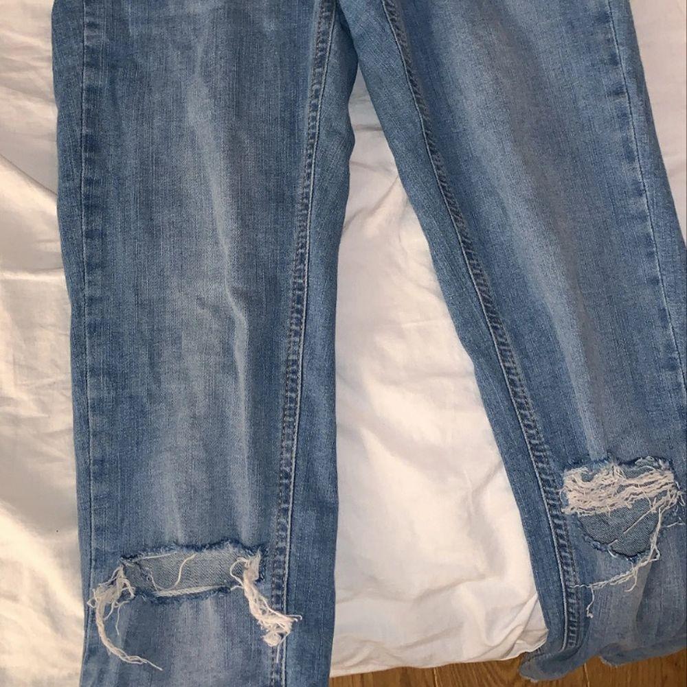 Ginas gamla boyfriend jeans som är helt slutsålda. Lågmidjade jeans med hål på knäna, storlek 40 men de är tajta på mig som är storlek 36? Iallafall knappt använda! 💕. Jeans & Byxor.