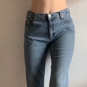 Straight vintage Armani jeans, strl 29 motsvarar 36, superfint skick! ⚡️💙 Nyp: 2500kr. Kom med egna bud!