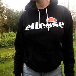 Säljer nu min Ellesse hoodie då den inte längre kommer till användning! Den är använd men den är i mycket fint skick:) Skriv för mer frågor eller bilder! Köparen står för frakten