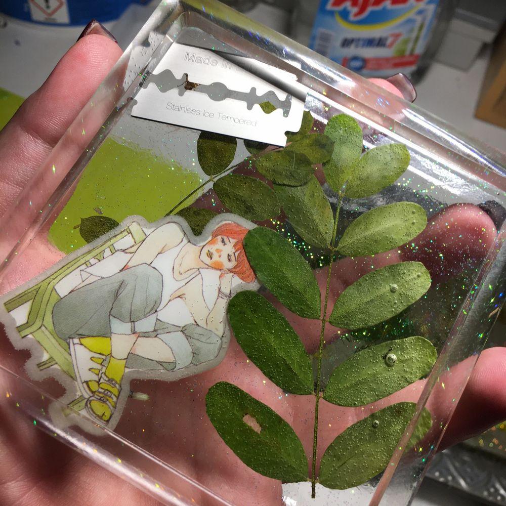 Hemgjord askkopp av epoxyplast (resin) men egenpressade, handplockade blad. Rakblad och glitter. Övrigt.