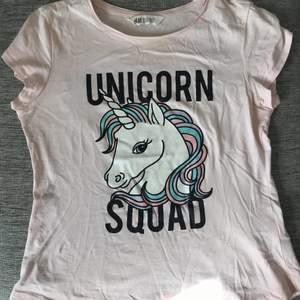 Kul t-shirt i barnstorlek, men passar dig i storlek XS.