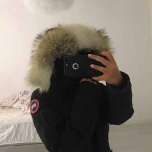 Äkta canada goose jacka för dam. Använd två vintrar, säljer den pga jag gått ner i vikt och den nu blivit stor på mig.