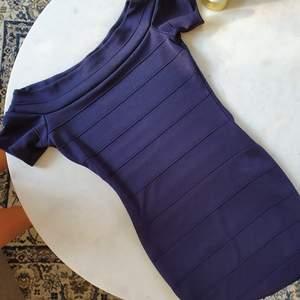 Tight figursyddklänning, går ut på axlarna   Kan mötas upp i Huddinge, Älvsjö, Årsta, Globen & Västberga