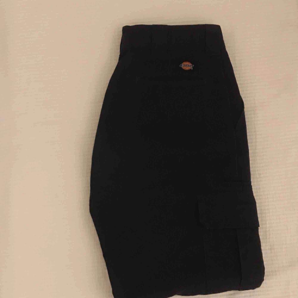 """Äkta Dickies """"relaxed straight"""" byxor. Storlek M eller 32x32. Har använts för att åka skridskor i, men är i bra skick!! Riktigt bekvämt!!  . Jeans & Byxor."""