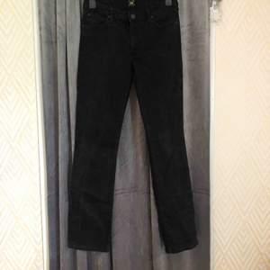 Jeans från lee som är köpta på jeansbolaget. Aldrig använt dom då dom är för stora. Dom är raka i benen och normalmidjade. Nypris 899kr🖤 Frakt 30kr