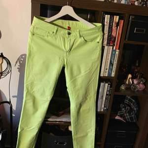 Supercoola neon-gröna jeans från UNIQLO. Säljes pga används aldrig. Kan mötas upp i Stockholm annars står köpare för frakt.