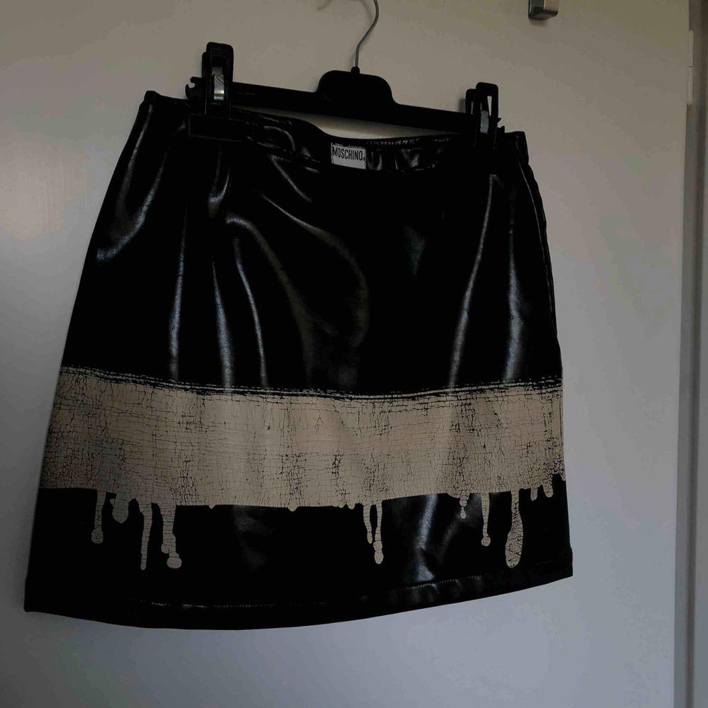 Äkta, vintage moschino jeans kjol i artificiellt läder. Köpt av en kompis för 900kr. Kjolar.