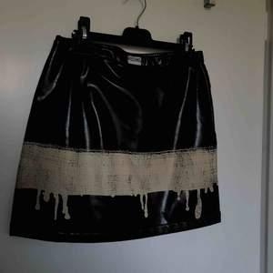 Äkta, vintage moschino jeans kjol i artificiellt läder. Köpt av en kompis för 900kr