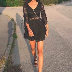Fin klänning som är mycket bra sick. Frakt ingår Du kan Kontakta mig om du vill se fler bilden